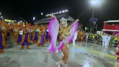 Ellen Rocche vem à frente da bateria da Rosas de Ouro - A atriz Ellen Rocche, que desfila na Rosas de Ouro há anos, vem mais uma vez como rainha de bateria da escola de samba. Ela mostra toda a sua beleza e sensualidade na avenida.