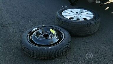 César Urnhani ensina a cuidar do estepe - Assim como os pneus, o estepe deve ser verificado semanalmente e calibrado mensalmente. E é preciso ter atenção na velocidade máxima indicada.