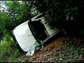 Motorista perde controle e seis são arremessados de carro no ES - Segundo o Corpo de Bombeiros, entre os feridos, duas são crianças. Criança de 10 anos bateu a cabeça em uma árvore e foi socorrida.