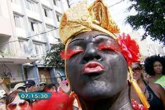Bloco Esfarrapado leva multidão às ruas do Bixiga - Bloco é um dos mais antigos da cidade e hoje arrasta multidões.