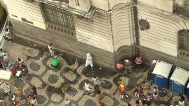 Foliões enfrentam dificuldade para ir ao banheiro nos blocos do Rio - Mesmo com mais banheiros químicos e menos blocos, os foliões passaram aperto neste carnaval. Mais de 500 pessoas foram levadas para delegacia por urinar na rua.