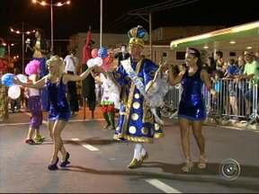 Carnaval de Votorantim teve blocos e escolas de samba - Em Votorantim, a noite teve desfile de blocos e escolas de samba convidada. A animação contagiou foliões de todas as idades.