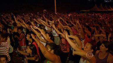 Em Nepomuceno, no Sul de Minas, o carnaval foi ao ritmo da zumba - Centenas de pessoas saíram às ruas e caíram na dança. E o melhor de tudo é que a atividade ainda queima calorias.