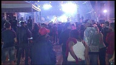 Foliões de vários lugares aproveitam o carnaval de Brazlândia - A estrutura inclui praça de alimentação e um palco. De acordo com a organização, dez mil pessoas curtiram a terceira noite de folia na orla do Lago Espelho D'Água.