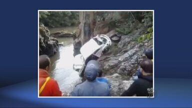 Bombeiros encontram carro de motorista que teria caído no Rio Capivari em Ingaí, MG - Bombeiros encontram carro de motorista que teria caído no Rio Capivari em Ingaí, MG