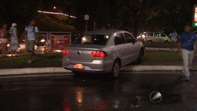 Equipe da TV Bahia flagra motorista trafegando sobre calçada e na contramão - A Transalvador informou que o veículo flagrado fazia transporte clandestino durante o carnaval.