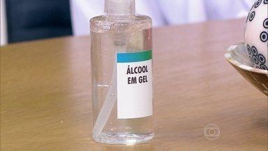 Água quente e álcool em gel evitam a contaminação por bactérias - A infectologista Rosana Richtmann explica que a água quente favorece a remoção da sujeira, especialmente da gordura. Ela ressalta que o álcool em gel é ainda mais eficiente para matar bactérias.