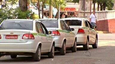 Justiça determina anulação de permissão de táxis - A Justiça determinou que a Prefeitura de Cuiabá anule todas as permissões para a exploração do serviço de táxi na capital. A decisão surpreendeu os taxistas e está gerando preocupação entre a categoria.