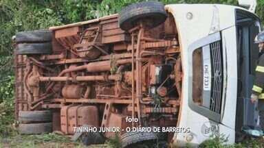 Ônibus da Prefeitura de Barretos tomba em rodovia - Motorista e três passageiros sofreram ferimentos leves.