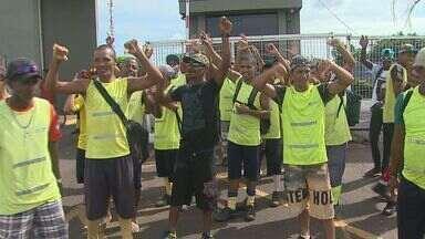 Em greve, coletores de lixo de Ribeirão Preto fazem protesto - Funcionários pedem reajuste salarial e melhores condições de trabalho.