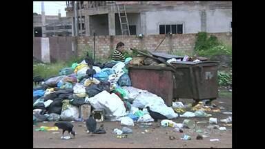 Moradores reclamam de falta de coleta de lixo no bairro Aeroporto Velho - No local, existem contêineres, mas já não são suficientes. Seminfra informou que lixo será recolhido na tarde desta terça.