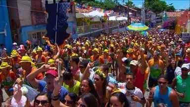 Multidão lota ruas de Recife - Os blocos líricos, com suas fantasias luxuosas, chegam para lembrar os carnavais do passado. O encontro dos foliões nostálgicos atrai uma multidão ao Recife antigo.