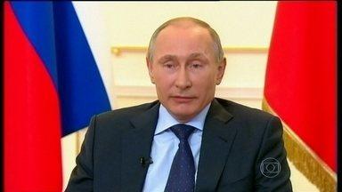 Presidente da Rússia fala sobre crise na Ucrânia pela primeira vez - Vladimir Putin quebrou o silêncio e disse que não pretende anexar a região da Crimeia, mas não descartou invadir o país vizinho. Ele chamou o que aconteceu na Ucrânia de golpe de estado e disse Viktor Yanukovich ainda é o dirigente do país.