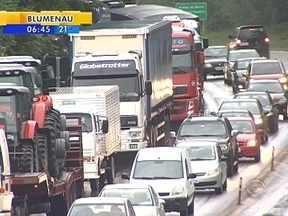 Trânsito fica lento com registro de congestionamentos e acidentes - Trânsito fica lento com registro de congestionamentos e acidentes