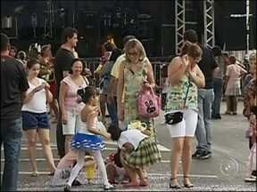 Crianças aproveitam matinês para festejar o carnaval em Itapetininga - As crianças aproveitaram as matinês para festejar o carnaval em Itapetininga (SP). Até os pais entraram na folia.