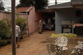 Homem morre eletrocutado ao tocar em varal no quintal de casa, em Goiânia - Ele estava na casa em que morava com a família e tocou no varal de roupas, feito de arame de aço, quando recebeu uma descarga elétrica. O fio estava amarrado à janela do vizinho, que usava uma espécie de armadilha energizada para evitar roubos.