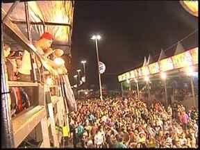 Naldo Benny e Seu Moço agitaram última noite do carnaval de Catanduva - Mesmo sob chuva, os foliões de Catanduva (SP) curtiram a última noite de carnaval na cidade. O show ficou por conta dos cantores Naldo Benny e Seu Moço, que garantiram muita animação à festa.