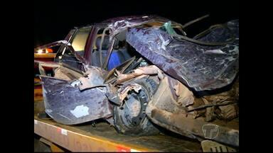 Motorista fica preso entre ferragens após batida com carreta na BR-163 - Acidente aconteceu no início da noite desta terça (4), no KM 44. Três pessoas ficaram feridas na batida.