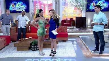 Rainha de bateria Aline Oliveira fala sobre a emoção de ser campeã pela Mocidade Alegre - Musa mostra samba no pé no palco do Encontro e declara: 'Já sofri preconceito pela cor'