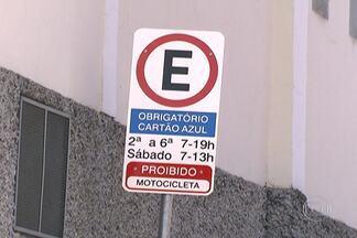 CET cria vagas de zona azul em bairros longe do centro - Em São Miguel Paulista, na Zona Leste, serão quase 500 vagas. Local já está sinalizado, mas os motoristas não sabem se a cobrança está valendo. CET disse que vai começar o trabalho de orientação e carros ainda não serão multados.