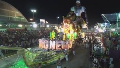 Em Parintins, no AM, despedida do 'Carnailha' reúne multidão - Houve muito luxo, brilho, grandes carros alegóricos e chuva no desfiles dos blocos da chave especial.