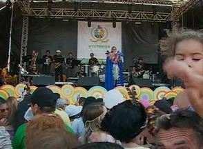 Fafá de Belém foi atração mais esperada na Folia de Momo, em Bezerros - Cantora mostrou sucessos e cantou marchas de carnaval para animar o público.