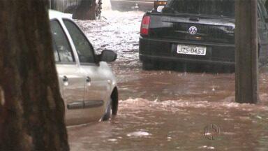 A chuva alagou avenidas em Maringá - Uma delas teve que ser interditada