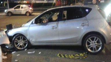 Perseguição termina em acidente e morte em avenida de Vitória - Motorista morreu após bater em poste e ter carro atingido por 20 tiros.Carona foi baleado de raspão na nuca e conseguiu fugir dos criminosos.
