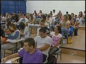 Número de alunos em cursos superiores cresce 30% em Bauru e Marília - O número de alunos matriculados aumentou 30% nos últimos dois anos em relação a 2012 e o curso mais procurado é o de engenharia. Segundo especialistas, os financiamentos do ensino estudantil influenciaram essa estatística.