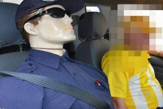 Motorista circula com boneco vestido de segurança no carro para evitar assaltos - Situação foi registrada na cidade de Vitória da Conquista, região sudoeste da Bahia