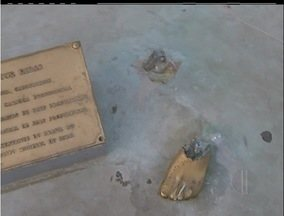 Vândalos depredam estátua do surfista Vitor Ribas em orla de Cabo Frio, no RJ - Obra estava na Praia do Forte desde o ano passado.Vigias perceberam na madrugada que o monumento estava no chão.