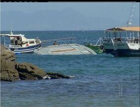 Catamarã que adernou em Búzios, RJ, deve ser retirado do mar nesta quinta-feira (6) - O incidente não alterou a movimentação do balneário.