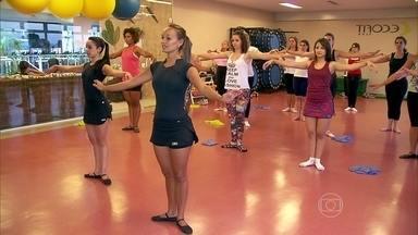 Balé fit fortalece a musculatura com movimentos delicados da dança - Na aula de balé fit, os professores uniram movimentos delicados da dança com exercícios de força, usando uma faixa elástica e pesos. O objetivo é fortalecer a musculatura.