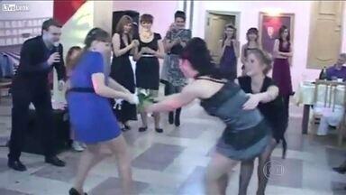 Puxa puxa! Encontro mostra briga por buquê hilária - Vale tudo para casar? As meninas do vídeo acham que sim!