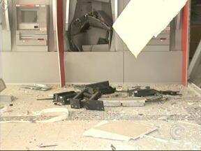 Quadrilha explode caixa automático em Alumínio durante a madrugada - Por volta da 1h, os criminosos chegaram na agência bancária que fica na Vila Industrial, explodiram o caixa e fugiram em um carro, que foi abandonado em um canavial. Valor levado ainda não foi divulgado.