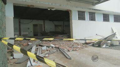Forro de concreto de pronto-socorro desaba e fere três operários em Araras, SP - Forro de concreto de pronto-socorro desaba e fere três operários em Araras, SP.