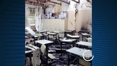 Polícia Civil apura incêndio a escola na Vila Machado em Jacareí, SP - Ato de vandalismo ocorreu durante a madrugada desta quarta-feira (5). Duas salas foram alvo das chamas; parte do telhado ficou destruído.