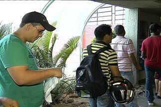 Detran atrasa entrega de CNHs e revolta motoristas em Goiás - Dentre os prejudicados tem um motorista de ônibus que vai ficar sem o salário porque ainda não conseguiu o documento.