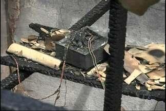 Incêndio destrói casa no bairro Jardim Santarém - Suspeita é de sobrecarga de energia.