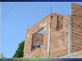 Homem morre eletrocutado em Iperó - De acordo com o Corpo de Bombeiros de Iperó (SP), ele trabalhava na construção da própria casa e segurava uma viga de ferro quando esbarrou na rede elétrica.