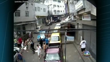 Vídeo mostra PMs sendo agredidos por criminosos na favela da Rocinha - Segundo a polícia, um homem chefiou o ataque de bandidos contra a UPP da Rocinha. No confronto, o comandante-geral das UPPs e a comandante da UPP da favela ficaram feridos.