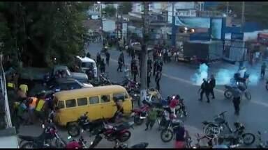 Protesto contra prisão de suspeitos termina em confusão no Complexo do Alemão (RJ) - Segundo o comando da UPP, um homem que participava do protesto disparou para o alto e fugiu. Após a confusão, bandidos atiraram contra uma equipe de policiais na favela Nova Brasília e o teleférico precisou ser fechado por segurança.
