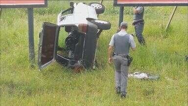 Carro capota em avenida de Franca, SP - Motorista ficou presa no veículo até a chegada do resgate. Ela foi levada para a Santa Casa da cidade.