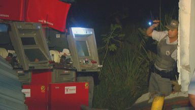 Criminosos explodem caixas eletrônicos em Sumaré, SP - Assaltantes explodiram dois caixas eletrônicos na madrugada desta quinta-feira (13) na região do Matão, em Sumaré, SP. A ação ocorreu dentro de um posto de combustíveis e os criminosos ficaram por cerca de uma hora no local. Ninguém ainda foi preso.