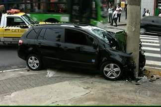 Quatro pessoas se ferem em acidente na Zona Oeste de SP - Carro bateu em poste na esquina da Rua Cardeal Arcoverde com a Av. Doutor Arnaldo e uma pessoa foi atropelada. Na Av. Luís Carlos Berrini, na Zona Sul, trânsito ficou complicado depois que um carro bateu numa árvore.