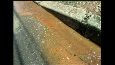 Telespectadora denuncia vazamento de água em Samambaia - O desperdício de água brota do meio-fio; a água parece que brota do asfalto. A telespectadora Célia Márcia Brígida conta que já chamou a Caesb, mas até agora nada da empresa aparecer.