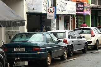 Motoristas relatam falta de cartões de área azul no Setor Campinas, em Goiânia - Os usuários afirmam que é difícil encontrar bilhetes para as 2,5 mil vagas de estacionamento de área azul e, por isso, muitos motoristas acabam ocupando as vagas sem o cartão.