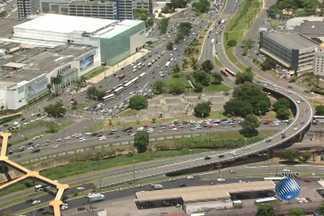 Imagens mostram situação do trânsito na região do Iguatemi, em Salvador - Área é uma das mais movimentadas da cidade.