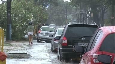 Chuva deixa ruas alagadas no Recife - Avenidas ficaram alagadas e foi muito mais difícil sair de casa para ir ao trabalho ou à escola. Em alguns pontos, carros e motos fizeram manobras arriscadas para fugir da água acumulada.