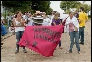 Moradores de um assentamento fizeram protesto em frente ao Denocs em Montes Claros - Manifestantes querem a aprovação de um projeto de captação de água para as comunidades.